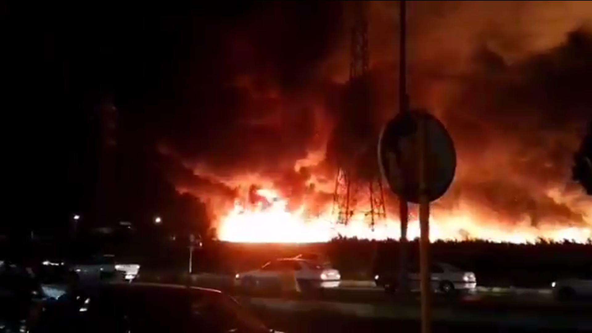Screenshot del video che presumibilmente mostra l'enorme incendio nella città iraniana di Bushehr - Sputnik Italia, 1920, 08.05.2021