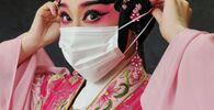 La foto Cantonese Opera, della fotografa cinese Queenie Cheen, vincitrice nella categoria Gli occhi del mondo della decima edizione del concorso fotografico Mobile Photography Awards
