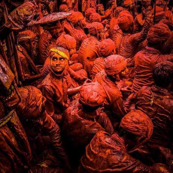 La foto Guardare indietro, del fotografo indiano Rohan Sajeev, vincitore nella categoria Persone  della decima edizione del concorso fotografico Mobile Photography Awards - Sputnik Italia