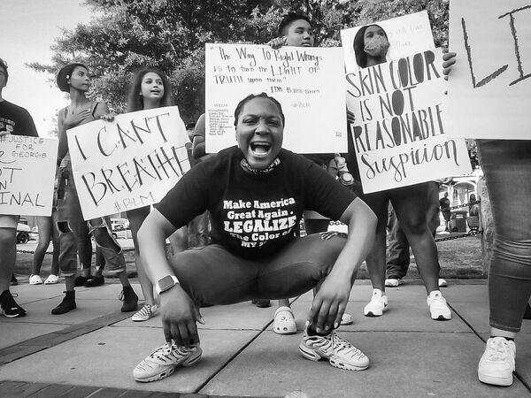La foto La piccola città protesta, della fotografa statunitense Stephanie Calabrese, vincitrice nella categoria Fotogiornalismo della decima edizione del concorso fotografico Mobile Photography Awards - Sputnik Italia