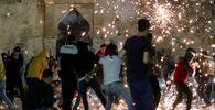 Scontri tra gli agenti della polizia israeliana e i manifestanti palestinesi nel complesso che ospita la Moschea di Al Aqsa, nota ai musulmani come Santuario Nobile e agli ebrei come Monte del Tempio, 7 maggio 2021