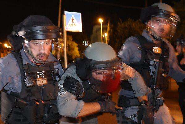 Un agente della polizia israeliana ferito nel corso degli scontri tra gli agenti della polizia israeliana e i manifestanti palestinesi nel complesso che ospita la Moschea di Al Aqsa, nota ai musulmani come Santuario Nobile e agli ebrei come Monte del Tempio, 7 maggio 2021 - Sputnik Italia