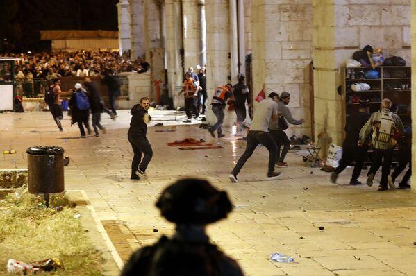 Scontri tra gli agenti della polizia israeliana e i manifestanti palestinesi nel complesso che ospita la Moschea di Al Aqsa, nota ai musulmani come Santuario Nobile e agli ebrei come Monte del Tempio, 7 maggio 2021 - Sputnik Italia