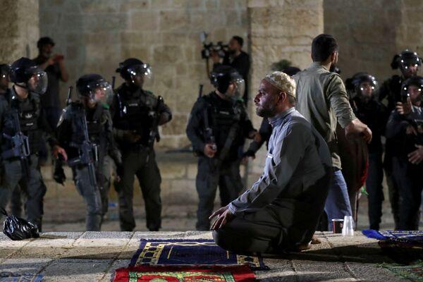 Un palestinese sta pregando sul Monte del Tempio, dove sono scoppiate le rivolte, Gerusalemme, 7 maggio 2021 - Sputnik Italia
