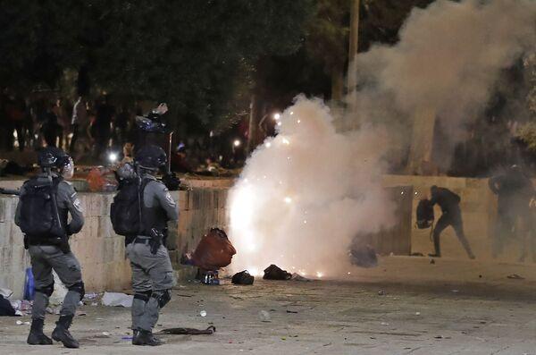 Gli agenti delle forze della sicurezza israeliane usano gas lacrimogeni durante gli scontri con i manifestanti palestinesi sul Monte del Tempio a Gerusalemme, 7 maggio 2021 - Sputnik Italia