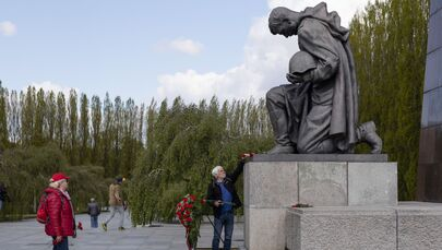Un uomo depone fiori presso il monumento a un soldato sovietico presso il memoriale militare Treptower Park a Berlino in occasione del 76 ° anniversario della fine della Seconda Guerra Mondiale.