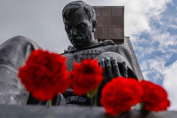 Fiori al memoriale di guerra sovietico nel Treptower Park di Berlino in occasione del 76° anniversario della fine della Seconda Guerra Mondiale. - Sputnik Italia