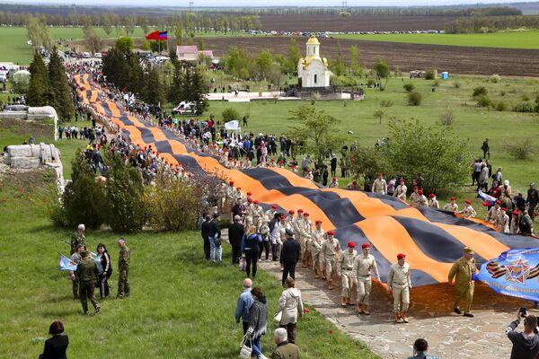 Rappresentanti del movimento patriottico Yunarmiya portano il nastro di San Giorgio durante le celebrazioni del Giorno della Vittoria al memoriale di Saur-Mogila nella regione di Donetsk, Ucraina. - Sputnik Italia