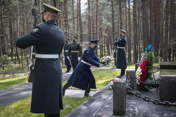 Soldati lituani della guardia d'onore depongono una corona di fiori al memoriale di Paneriai a Vilnius durante una cerimonia per il 76° anniversario della fine della Seconda Guerra Mondiale. - Sputnik Italia