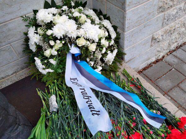Una corona di fiori del popolo dell'Estonia al Monumento ai Caduti della Seconda Guerra Mondiale nel cimitero militare di Tallinn. - Sputnik Italia