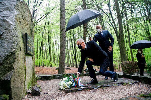 Il ministro degli Esteri slovacco Ivan Korčok depone fiori sulle tombe dei soldati sovietici morti nelle battaglie per la liberazione di Bratislava. - Sputnik Italia