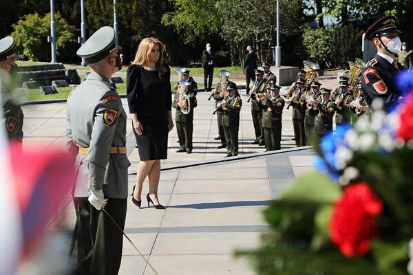 La presidente slovacca Zuzana Čaputová depone fiori sulla tomba dei soldati sovietici morti nelle battaglie per la liberazione di Bratislava. - Sputnik Italia