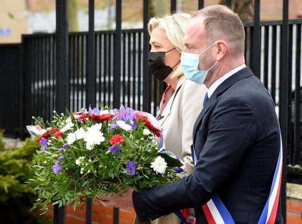 La leader del partito di destra francese Rassemblement National Marine Le Pen e il sindaco di Henin-Beaumont Steeve Briois hanno deposto una corona di fiori per celebrare il 76° anniversario della fine della Seconda Guerra Mondiale. - Sputnik Italia