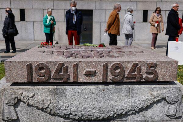 Persone depongono fiori al memoriale di guerra sovietico nel Treptower Park di Berlino in occasione del 76° anniversario della fine della Seconda Guerra Mondiale. - Sputnik Italia