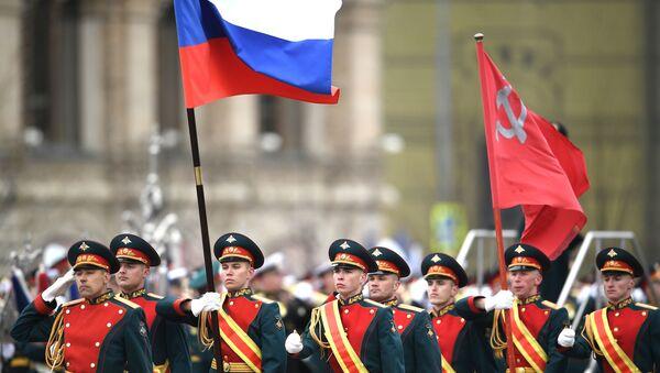 In Piazza Rossa entra la bandiera nazionale della Federazione Russa  - Sputnik Italia