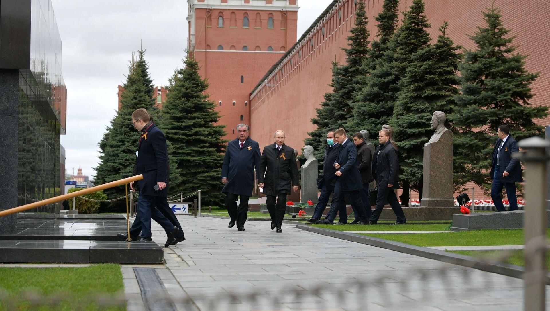 Il presidente russo Vladimir Putin attraversa i Giardini di Alessandro per raggiungere il Memoriale della tomba del Milite Ignoto  - Sputnik Italia, 1920, 09.05.2021