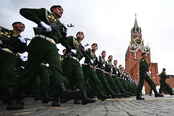 Cadetti della Scuola di comando militare superiore di Mosca nella Piazza Rossa prima dell'inizio della parata militare in onore del 76° anniversario della vittoria nella Grande Guerra Patriottica. - Sputnik Italia