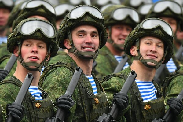 I militari delle truppe aviotrasportate sfilano alla Parata militare in onore del 76° anniversario della Vittoria nella Seconda guerra mondiale - Sputnik Italia