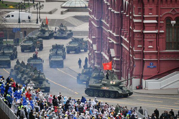 I carri armati Т-34-85 sfilano alla Parata militare in onore del 76° anniversario della Vittoria nella Seconda guerra mondiale - Sputnik Italia