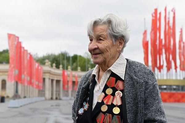 La veterana di guerra Rimma Rytova, effettiva della 618° brigata di incursione aerea, quella che attaccò le ultime divisioni naziste a Berlino nei giorni che precedettero il 9 maggio 1945. - Sputnik Italia