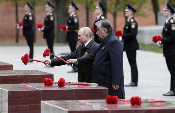 Il presidente russo Vladimir Putin e il presidente del Tagikistan Emomali Rahmon depongono dei fiori alla tomba del Milite Ignoto nei pressi del Cremlino - Sputnik Italia