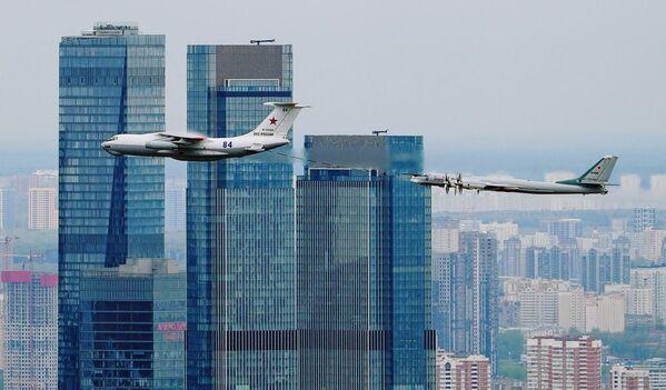 Un aereo di rifornimento Il-78 e un bombardiere strategico missilistico Tu-95MS effetuano volo sul quartiere d'affari Moscow City - Sputnik Italia
