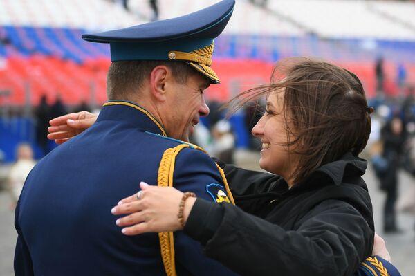 Un militare con una ragazza dopo la Parata in onore del 76° anniversario della Vittoria nella Seconda guerra mondiale - Sputnik Italia