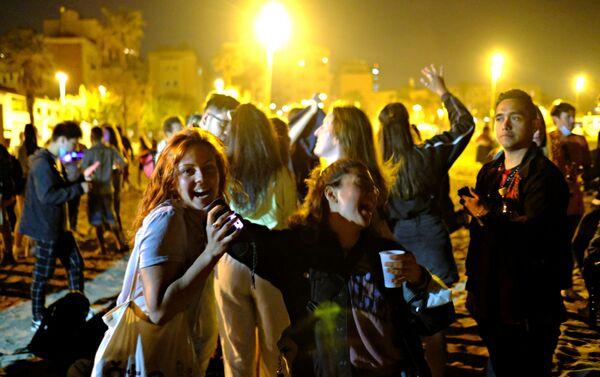 Le ragazze ballano a Barcellona - Sputnik Italia