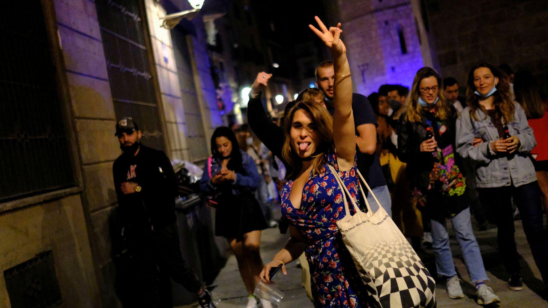 Persone felici a Barcellona dopo la revoca dello d'emergenza nazionale in Spagna - Sputnik Italia, 1920, 18.06.2021