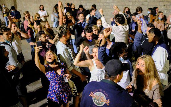 La gente festeggia l'allentamento delle restrizioni nel quartiere El Born, a Barcellona - Sputnik Italia