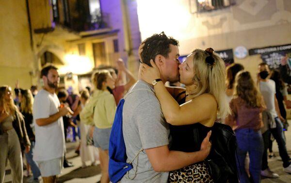 Fidanzati si baciano nella notte di allentamento di restrizioni in Spagna - Sputnik Italia