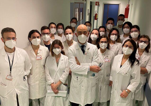 Matteo Bassetti e la sua equipe di medici