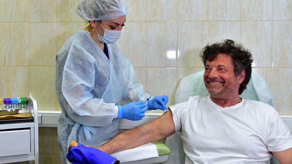 Il deputato tedesco Diether Dehm si è vaccinoto con lo Sputnik V - Sputnik Italia