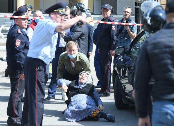 Diversi alunni sono saltati fuori dalle finestre del terzo piano della scuola numero 175 nella città di Kazan dopo che gli aggressori hanno aperto il fuoco all'interno dell'edificio - Sputnik Italia