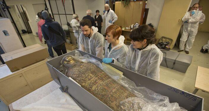 بررسی اشعه ایکس از یک مومیایی باستانی که در مقبره های سلطنتی در مصر علیا یافت شد ، نشان داد که این بدن بدن یک زن باردار است.