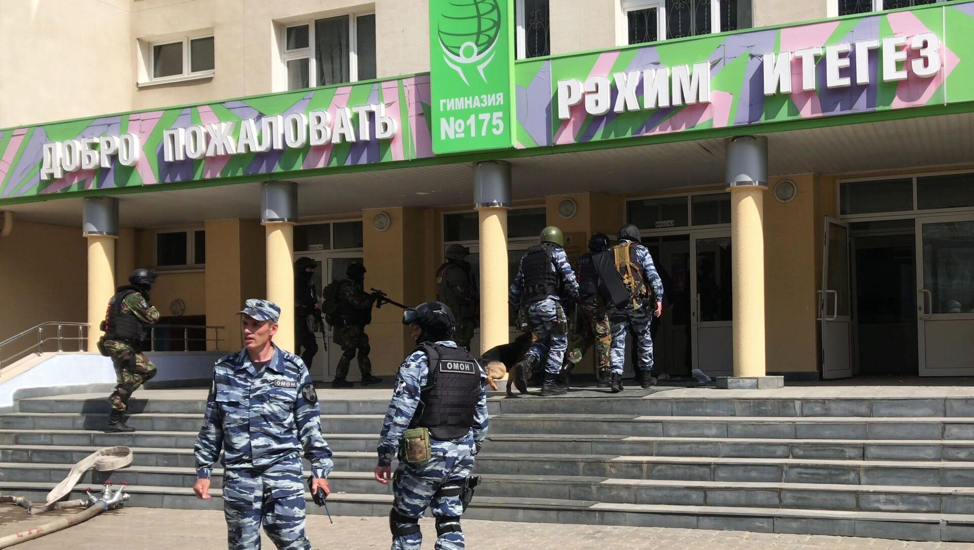 Agenti delle forze speciali russe fuori dal Ginnasioi 175 di Kazan dov'è avvenuta la sparatoria - Sputnik Italia, 1920, 18.05.2021