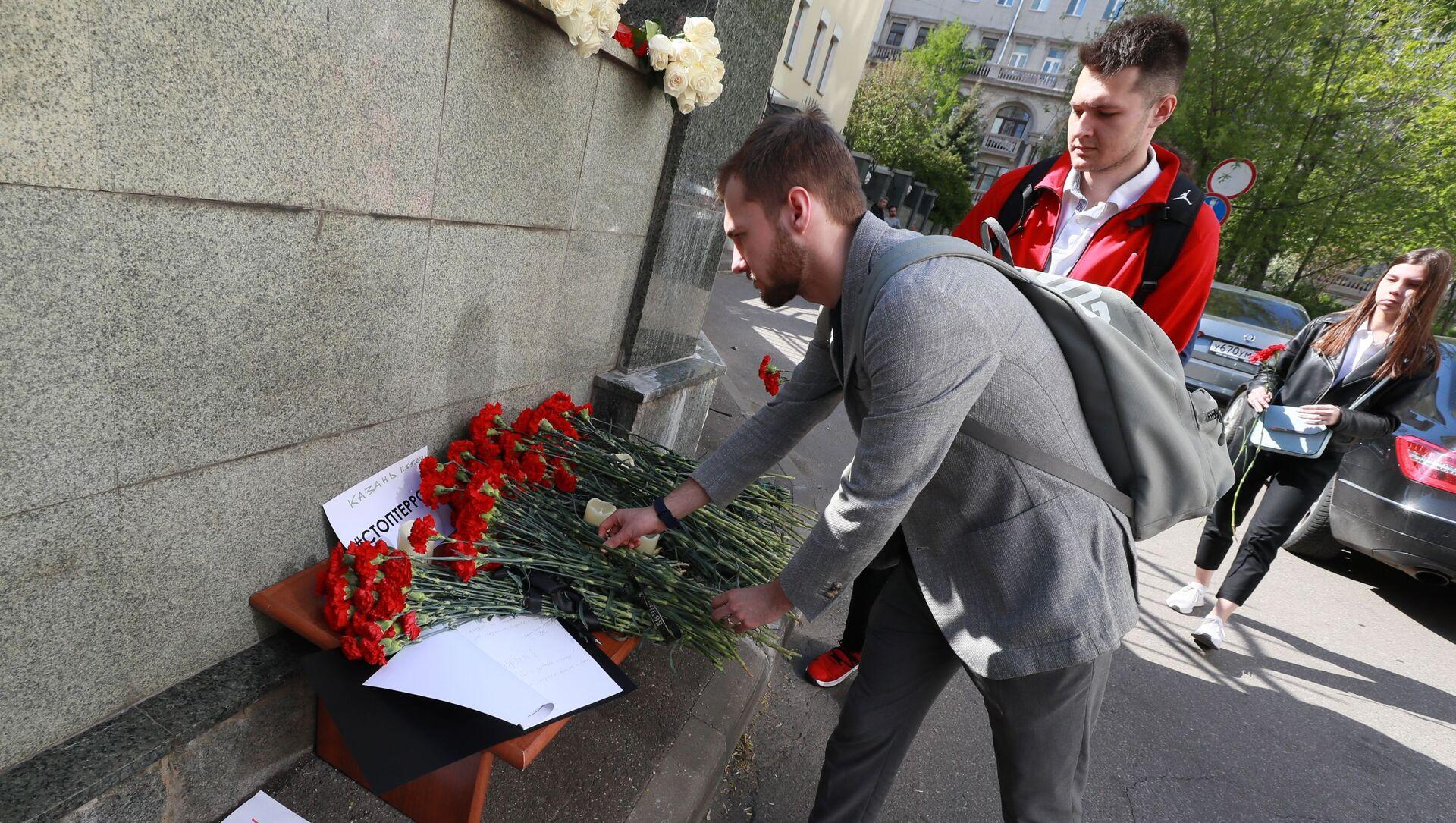 Giovani depongono fiori in segno di cordoglio per la strage di Kazan - Sputnik Italia, 1920, 18.05.2021