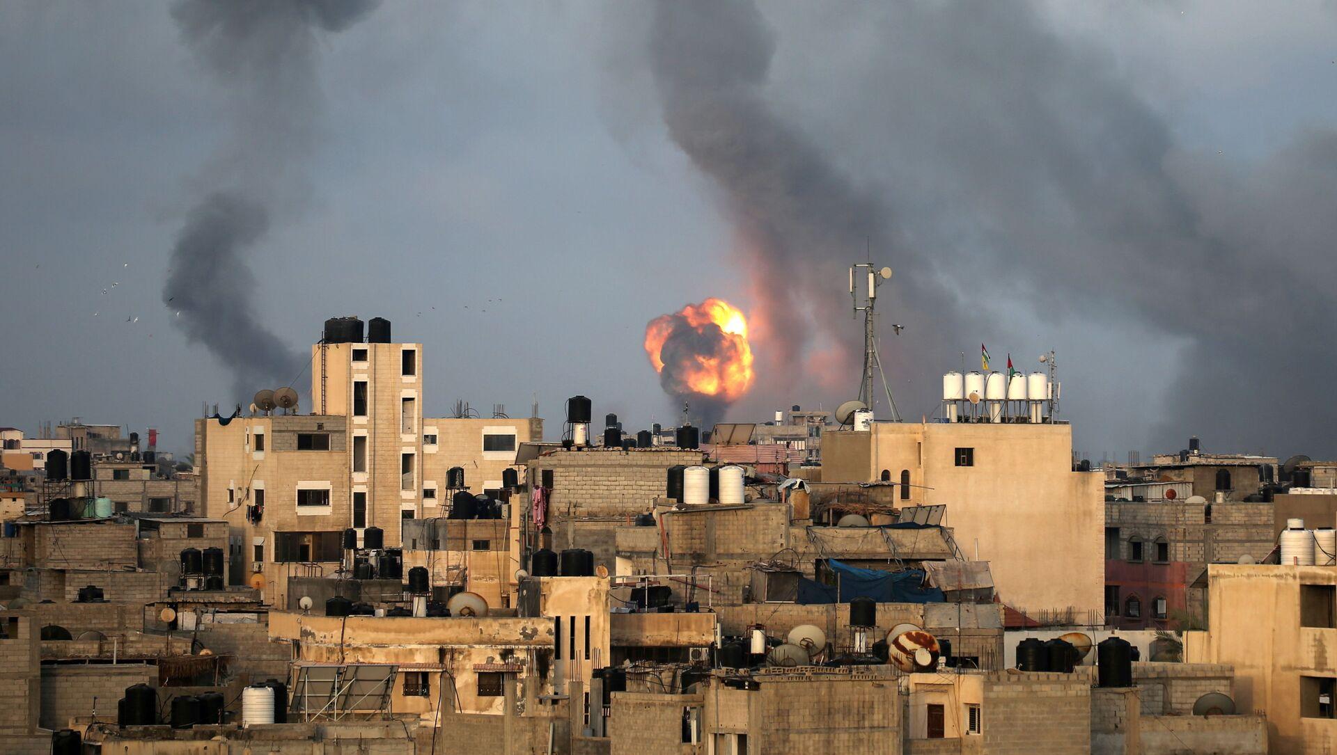 Il fumo dopo il bombardamento della Striscia di Gaza da parte di Israele - Sputnik Italia, 1920, 11.05.2021