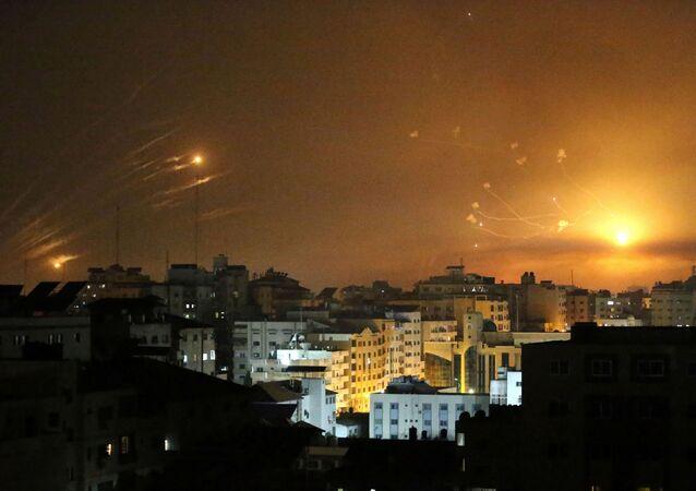 Sistemi di difesa Iron Dome intercettano missili su Tel Aviv