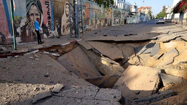 Una strada colpita da un razzo a Gaza - Sputnik Italia