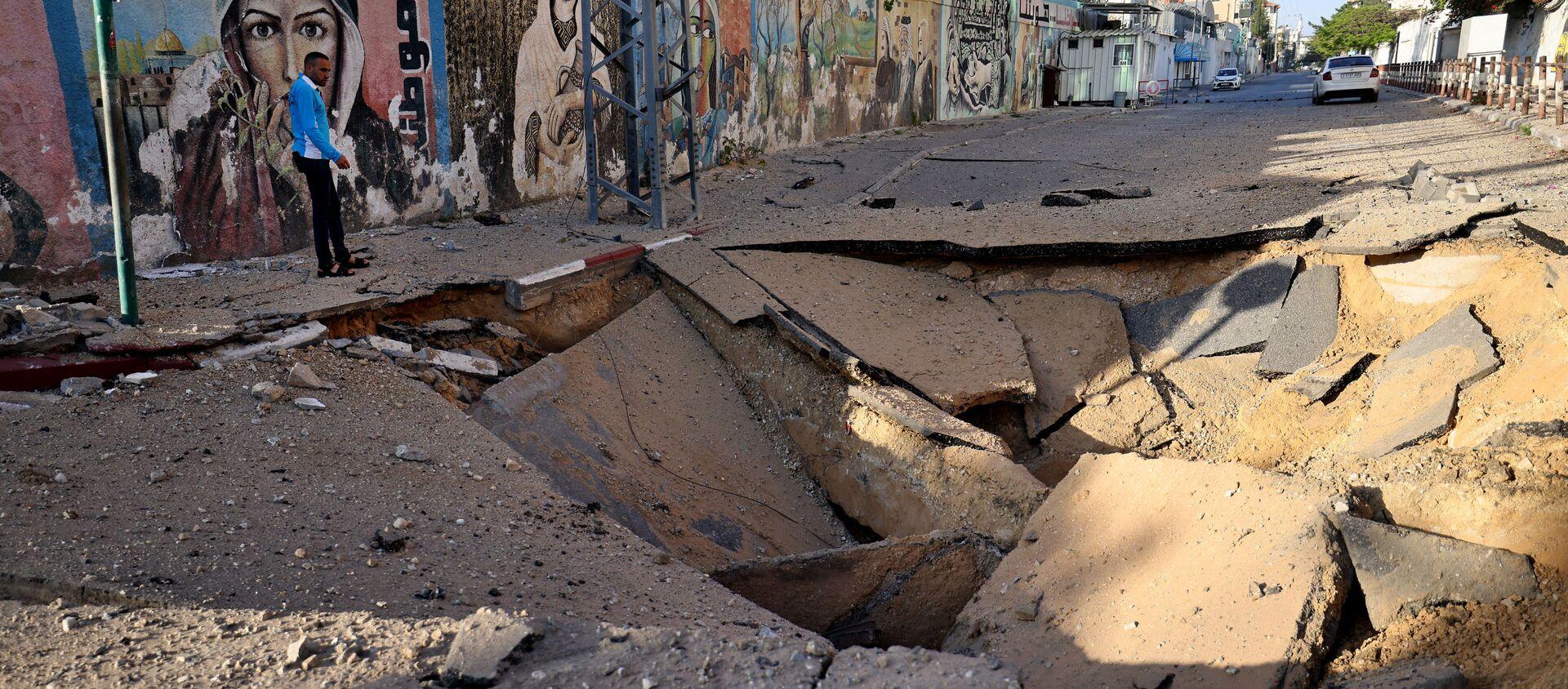 Una strada colpita da un razzo a Gaza - Sputnik Italia, 1920, 13.05.2021