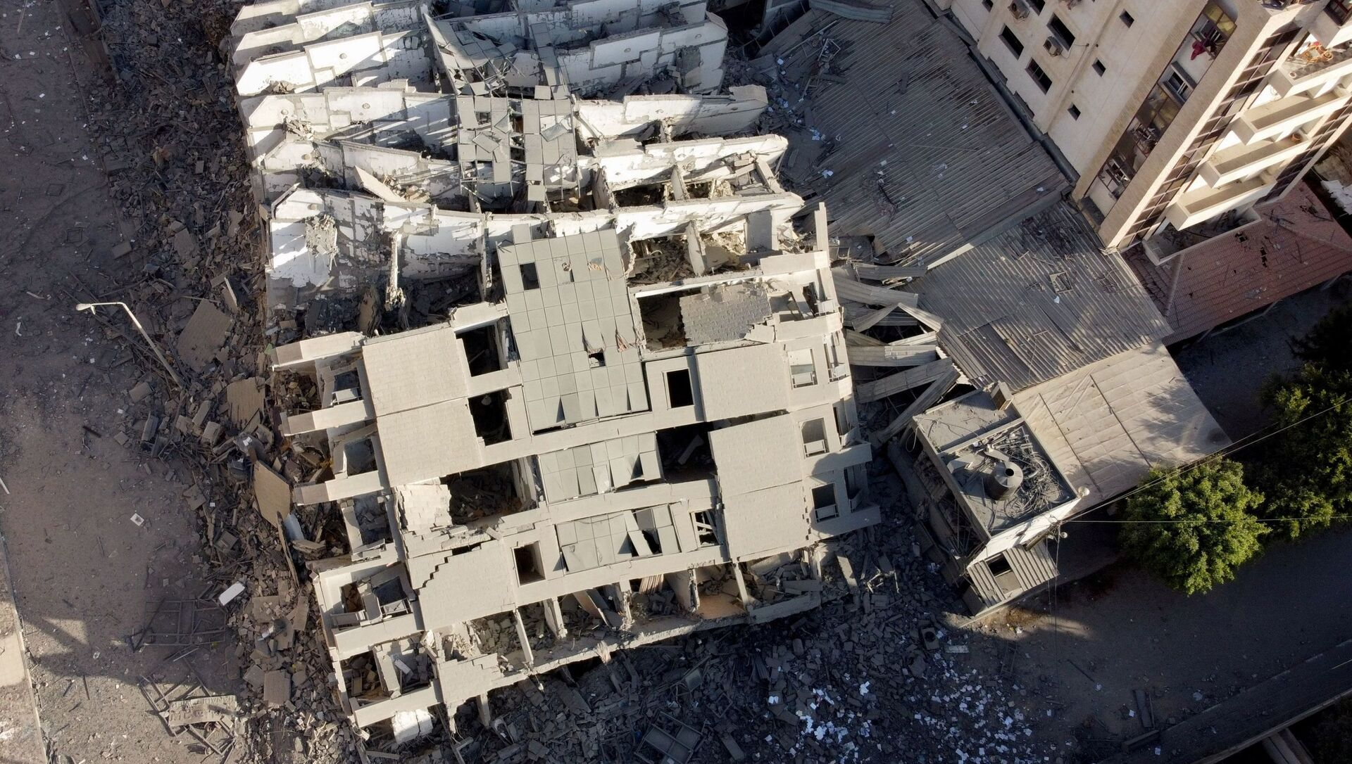 Rovine di un edificio nella striscia di Gaza colpito da Israele - Sputnik Italia, 1920, 14.05.2021