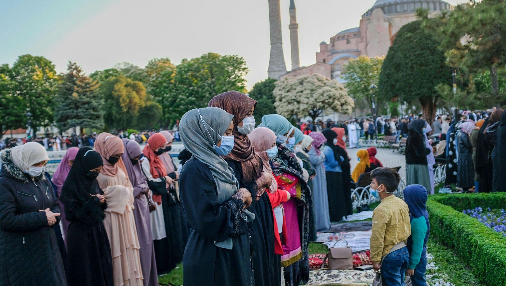 Fine del digiuno del mese di Ramadan, vicino alla Grande Moschea di Santa Sofia - Sputnik Italia, 1920, 18.05.2021