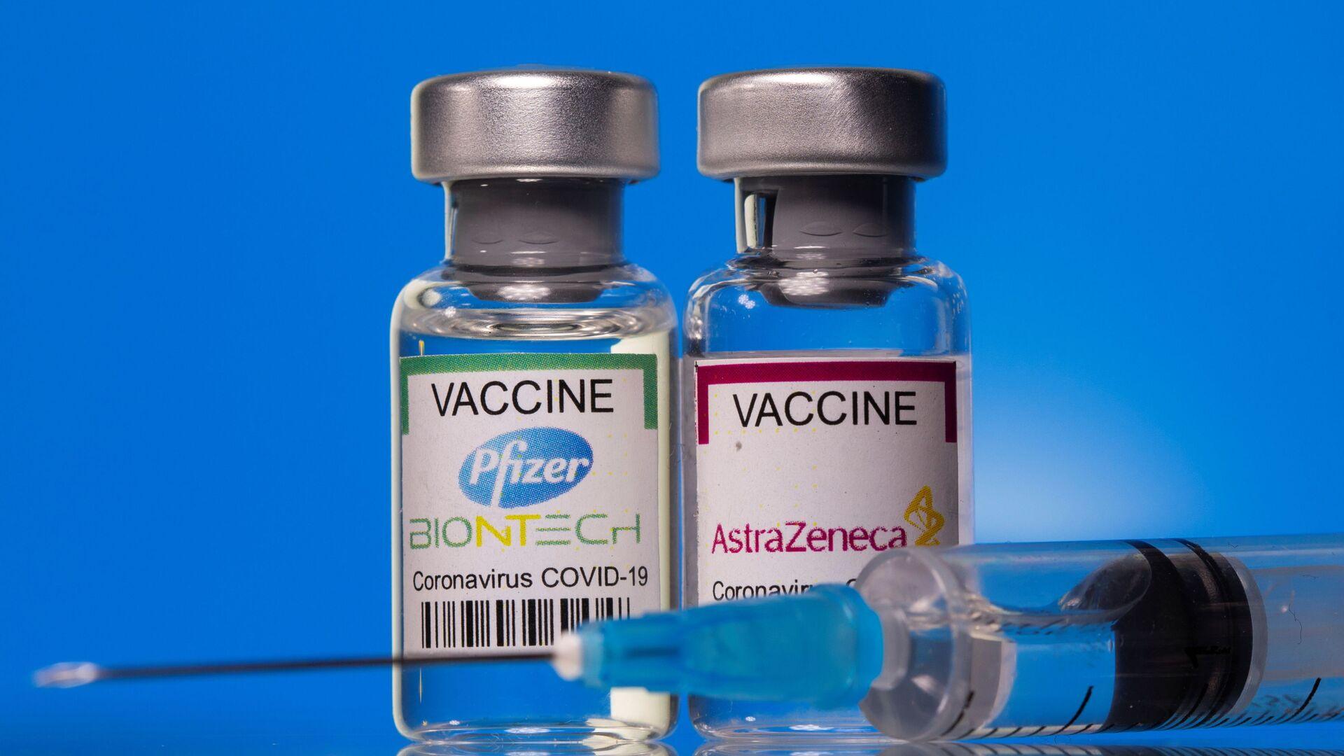 Fiale con vaccini anti-COVID Pfizer ed AstraZeneca - Sputnik Italia, 1920, 26.05.2021