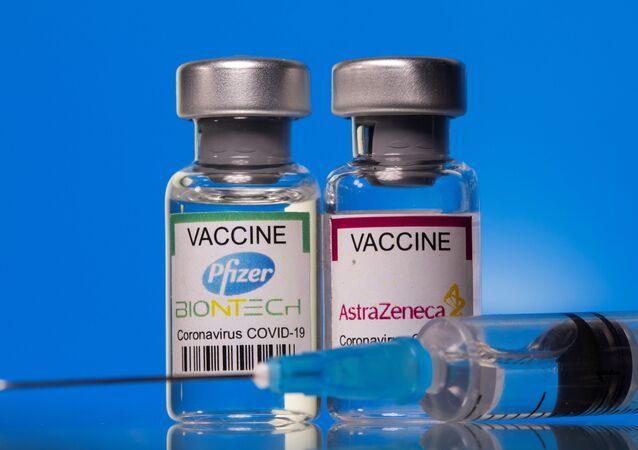 Fiale di vaccino Pfizer-BioNTech e AstraZeneca