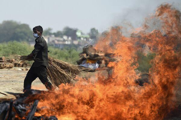 Le pire funerarie all'aperto in India a causa della nuova ondata pandemica  - Sputnik Italia