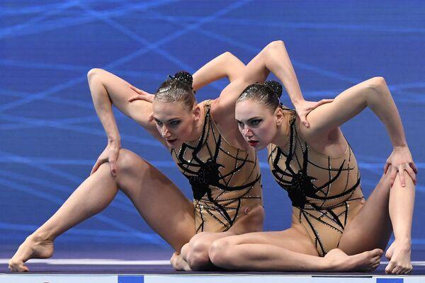 Le pluricampionesse mondiali e olimpiche Svetlana Romashina e Svetlana Kolesnichenko durante le World Series di nuoto artistico a Budapest - Sputnik Italia