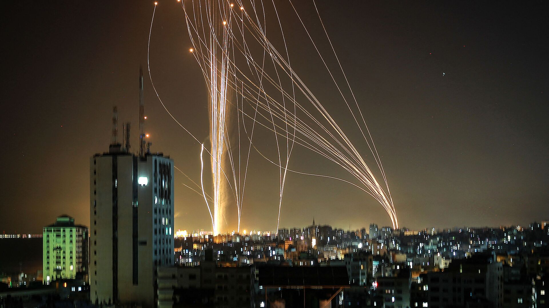 Lancio di missili dalla città di Gaza controllata dal movimento palestinese di Hamas - Sputnik Italia, 1920, 16.05.2021