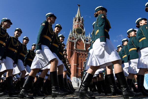 Le donne russe durante la parata in onore del 76° anniversario della vittoria nella Grande Guerra Patriottica sulla Piazza Rossa - Sputnik Italia
