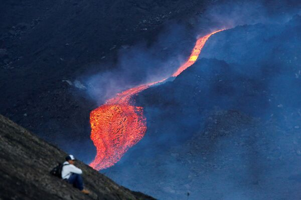 Un uomo osserva l'eruzione del vulcano Pacaya, Guatemala - Sputnik Italia